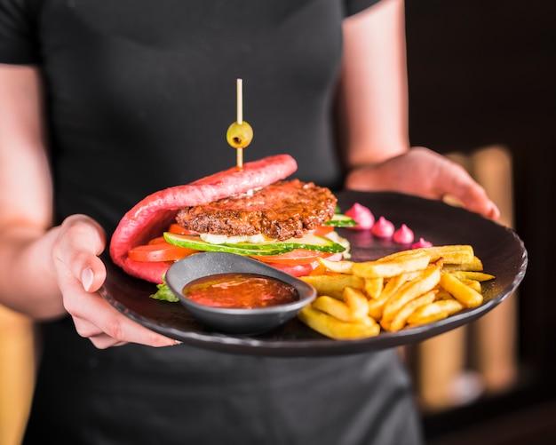 Asiatischer hamburger mit pommes-frites und scharfer soße
