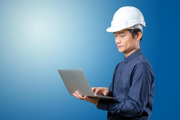 Asiatischer ingenieur des mannes mit laptop