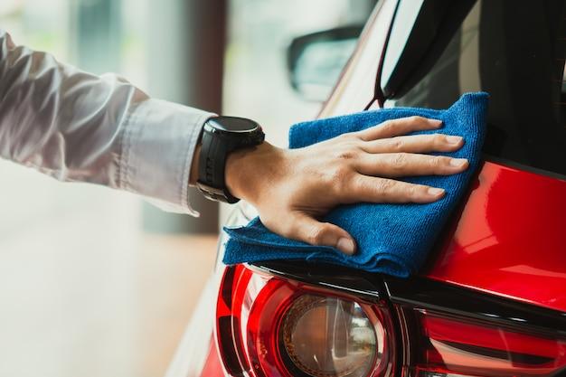 Asiatischer inspektionsscheinwerfer des mannes und reinigungsausrüstungsautowäsche