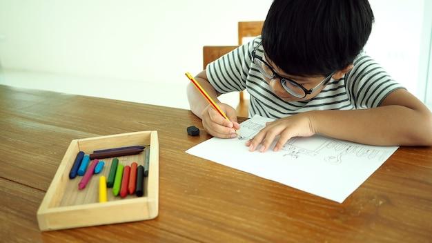 Asiatischer intelligenter junge, der lernt, künstler zu sein