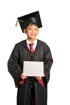 Asiatischer jugendlich junge, der abschluss in der klasse lokalisiert auf weiß feiert