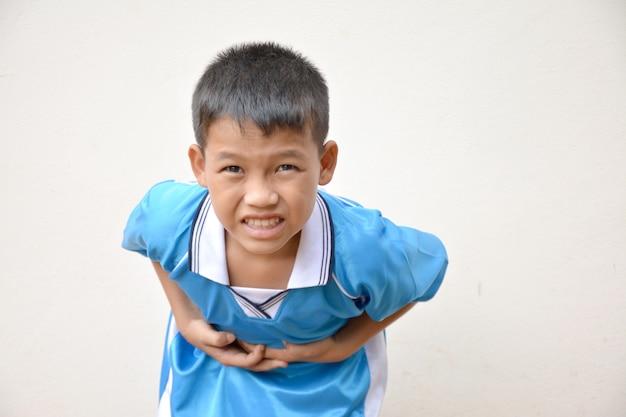 Asiatischer junge bauchschmerzen von magenerkrankungen