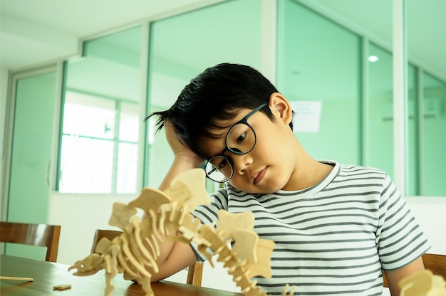 Asiatischer junge denkend und ernst
