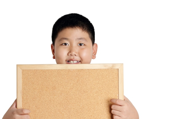 Asiatischer junge, der braunes hölzernes zeichen hält
