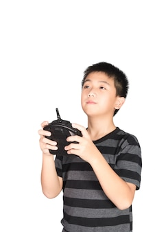 Asiatischer junge, der hexacopter brummen und funkfernsteuerungshörer hält