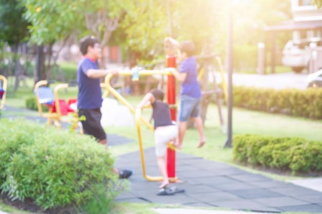 Asiatischer junge, der mit freunden am spielplatz spielt.