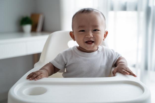 Asiatischer junge, der zur kamera lächelt