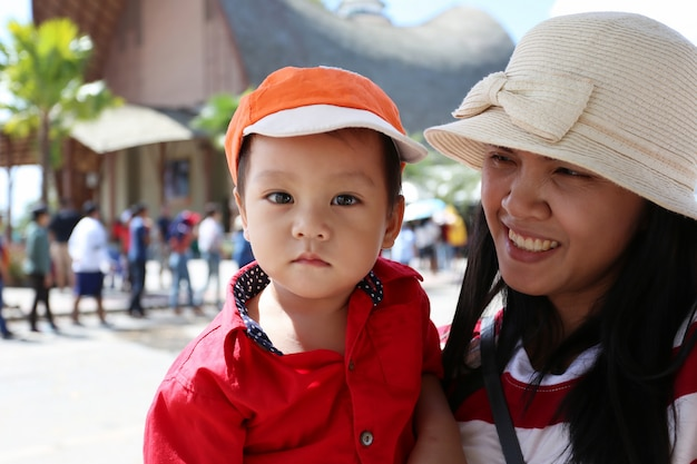 Asiatischer junge ist glücklich, mit seiner mutter leben zu können.