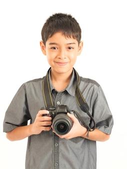 Asiatischer junge mit dslr-kamera auf weißem hintergrund