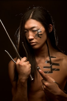 Asiatischer junge mit waffen
