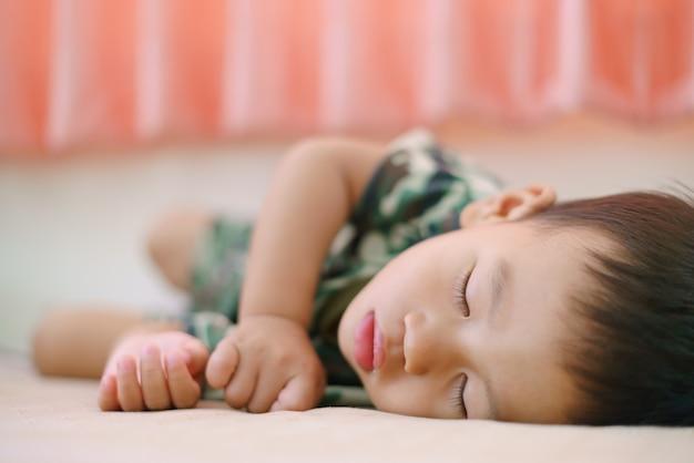 Asiatischer junge ungefähr 1 jahr und 11 monate alte asiatische babyschlafen