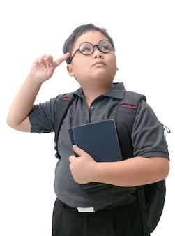 Asiatischer jungenstudent, der mit schultasche denkt