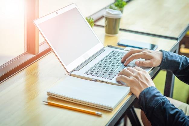 Asiatischer junger geschäftsmann, der an seinem laptop arbeitet. digitale wirtschaft.