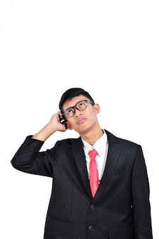 Asiatischer junger geschäftsmann, der über nachdenklichen ausdruck der frage nachdenkt