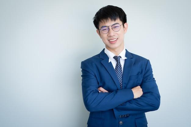 Asiatischer junger gutaussehender mann