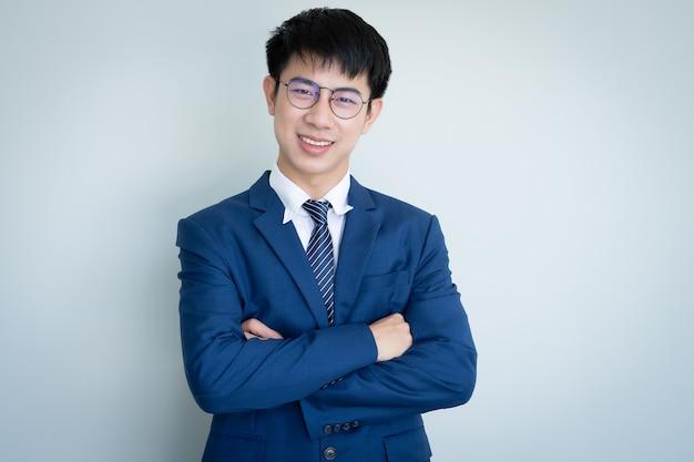 Asiatischer junger hübscher mann, der anzug trägt