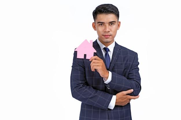 Asiatischer junger hübscher und fröhlicher geschäftsmann halten ikone