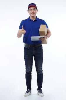 Asiatischer junger hübscher versand- oder liefermann mit pappkarton in uniform