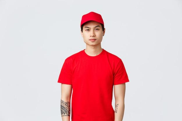 Asiatischer junger lieferbote in einer roten kappe