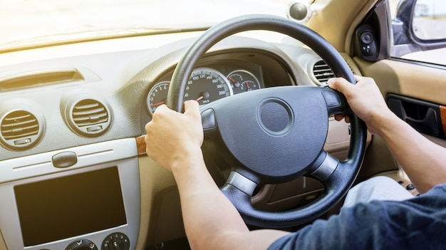 Asiatischer junger mann autofahren.