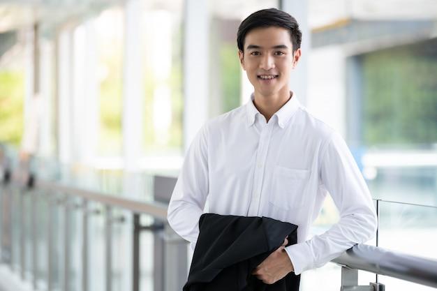 Asiatischer junger mann, der lächelt