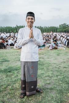 Asiatischer junger mann, der traditionelle javanische kleidung trägt