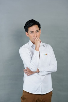 Asiatischer junger mann des porträts auf grau, jugendlicher