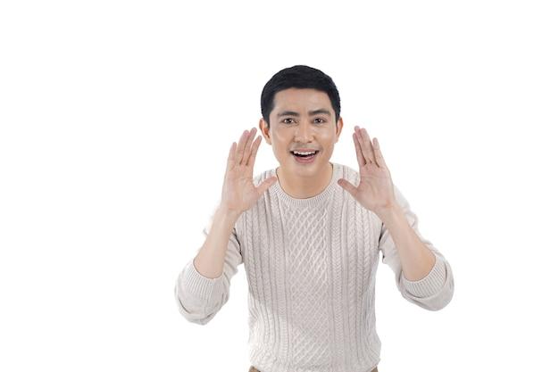 Asiatischer junger mann im gestrickten pullover lokalisiert auf weiß