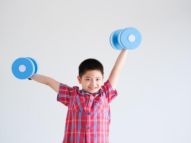 Asiatischer kleiner junge mit blauem farbdummkopf