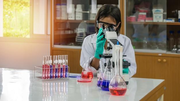 Asiatischer kleiner wissenschaftler
