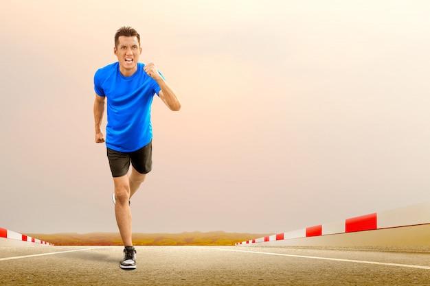 Asiatischer läufer, der auf der laufbahn läuft
