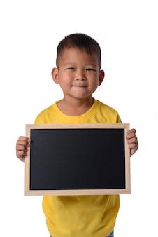 Asiatischer landjunge mit leerer schwarzer tafel für bildungsbegriffliches lokalisiert auf weißem b