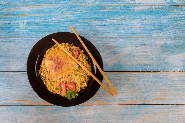 Asiatischer lebensmittelartreis mit gebratenem huhn