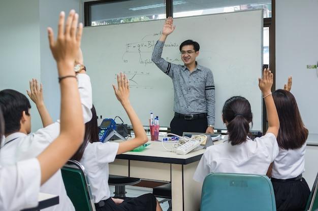 Asiatischer lehrer, der lektion über der physikformel gibt
