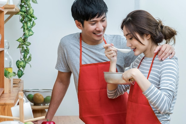 Asiatischer liebhaber oder paare, die nahrung kochen und schmecken