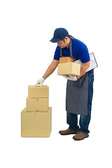 Asiatischer lieferbote, der in der blauen hemdschürze, schutzhandschuhen arbeitet, prüft oder zählt produkt auf isoliert