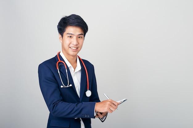 Asiatischer männlicher ernährungswissenschaftler mit klemmbrett