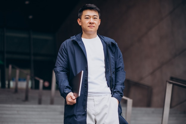 Asiatischer männlicher tourist, der stadt erkundet