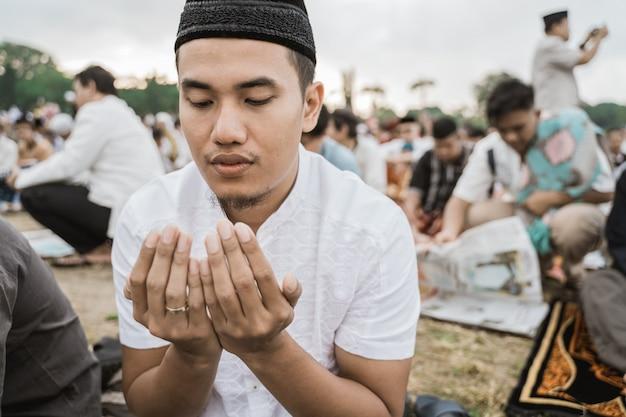 Asiatischer mann betet eid gebet