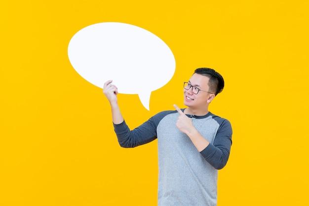 Asiatischer mann, der auf leere spracheblase zeigt