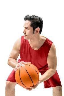 Asiatischer mann, der basketball in der aktion spielt