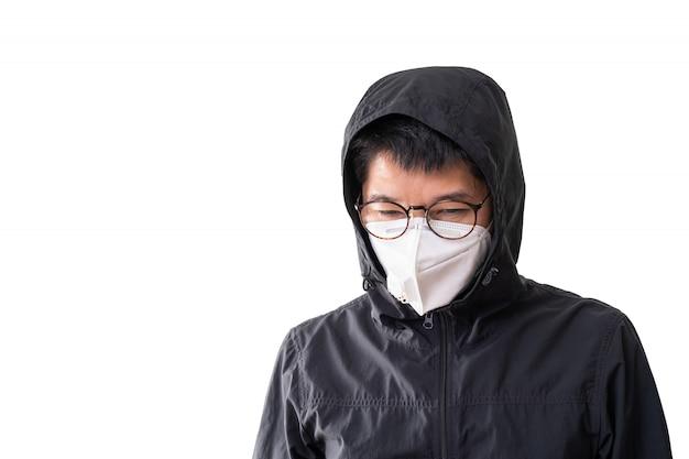 Asiatischer mann, der chirurgische maske trägt, um grippekrankheit koronavirus und staub pm 2,5 zu verhindern, lokalisiert auf weißem hintergrund, beschneidungspfad