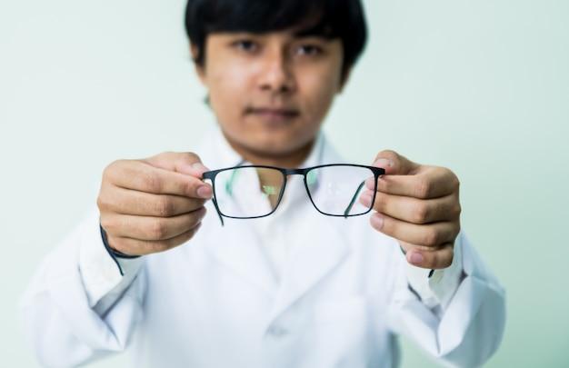 Asiatischer mann, der eine brille vergoldet