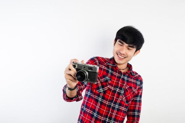 Asiatischer mann, der foto lokalisiert auf weiß nimmt