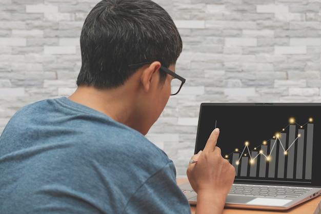 Asiatischer mann, der geschäftsfinanzierung arbeitet, arbeit vom hauptkonzept.