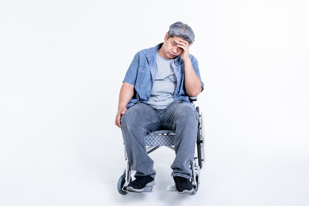 Asiatischer mann, der im rollstuhl saß und unter stress stand und probleme mit seiner eigenen gesundheit hatte