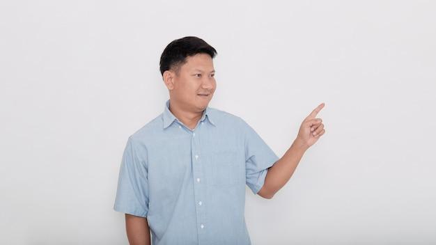 Asiatischer mann, der mit seinem finger zeigt, der zeigt