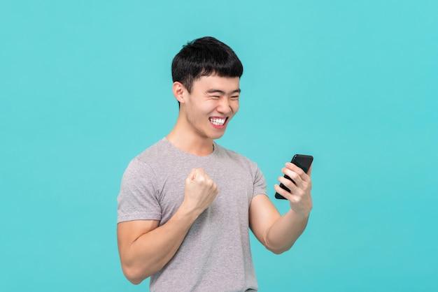 Asiatischer mann, der mit seinem freund über vedio anruf plaudert