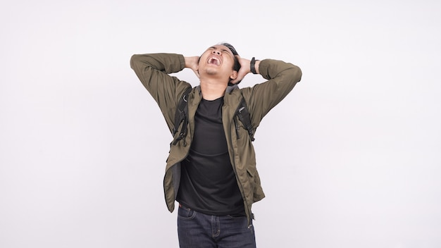 Asiatischer mann, der tasche verwirrt und frustased weißen raum trägt