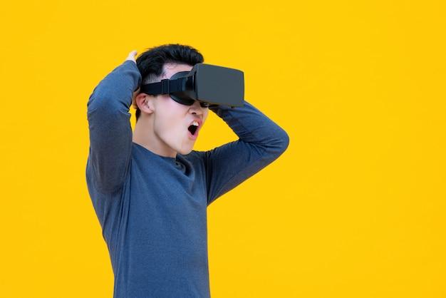 Asiatischer mann, der video von der virtuellen realität oder von vr-gläsern aufpassend genießt
